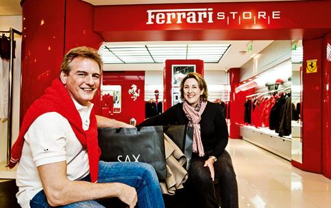 4e5fd455470 O casal Caetano e Valéria atravessa a fronteira para comprar seus artigos  importados