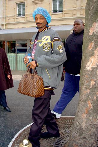 O rapper americano combinou uma inexplicável touca azul com bolsa Louis  Vuitton 35648e82e4c