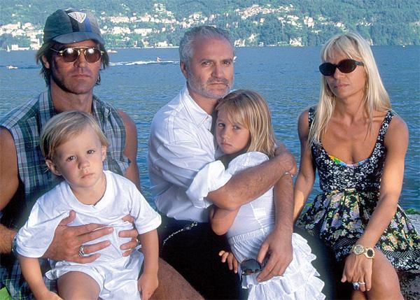 96a83e7a1 Allegra, no colo de Gianni, e Daniel, com o pai, Paul Beck, no Lago de Como  (1993).