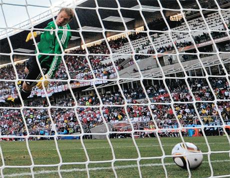 FOI GOL Bola cruza a linha após chute do inglês. Lampard  só o juiz não viu 741ac1613897f